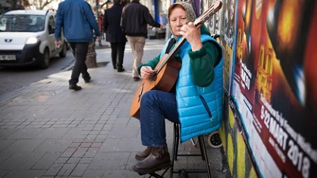 Türkiye'de yaşayan Hobotova, gitarla hayata tutundu