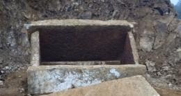 İnşaat çalışmasında 2 bin yıllık lahit mezarlar bulundu