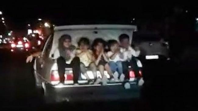 Hareket halindeki otomobilin bagajında 5 çocuk