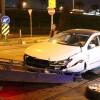 Cevizlibağ'da otomobil tramvaya çarptı: 2 yaralı